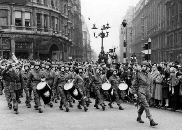 Pierwsza Samodzielna Brygada Spadochronowa podczas defilady w Wielkiej Brytanii /Z archiwum Narodowego Archiwum Cyfrowego