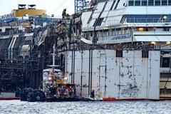 Pierwsza taka operacja w historii: Costa Concordia oderwana od dna