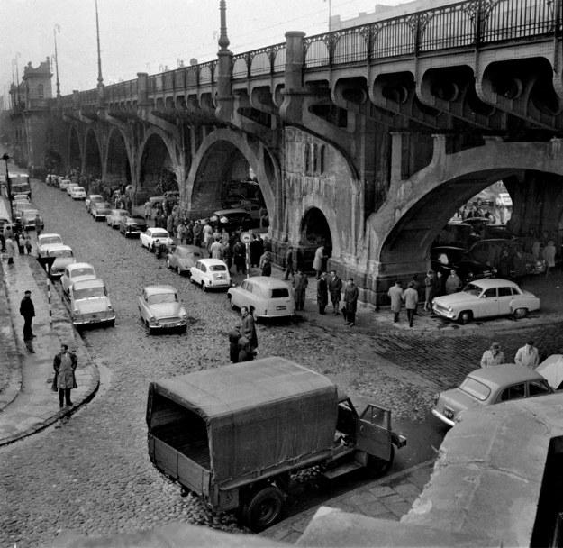 Pierwsza warszawska giełda samochodowa pod mostem Poniatowskiego - zdjęcie z roku 1964 /Romuald Broniarek /Agencja FORUM
