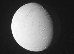 Pierwsze zdjęcia z październikowego przelotu nad Enceladusem
