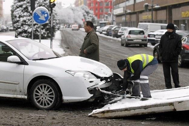 Pierwszy dzień ze śniegiem jest najbardziej niebezpieczny /AFP