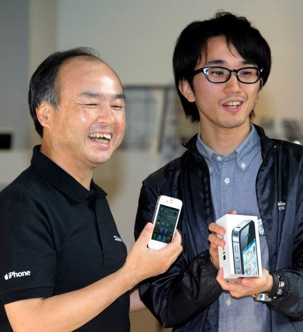 Pierwszy nabywca iPhone'a 4S w Japonii otrzymał swój egzemplarz od prezesa operatora komórkowego /AFP