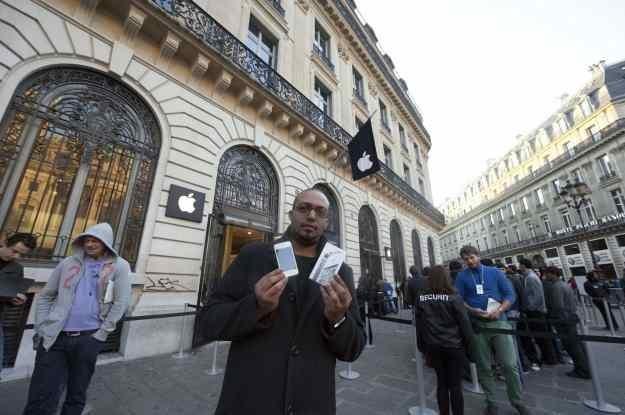 Pierwszy nabywca iPhone'a 4S we Francji /AFP