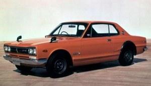 Pierwszy Nissan Skyline GT-R (C10) pojawił się w 1969 r. i posiadał 2-litrowy silnik R6 DOHC o mocy 160 KM (początkowo jako sedan, od 1970 r. także w wersji coupe). Skrótowiec GT-R pochodzi od słów Gran Turismo Racer. /Nissan