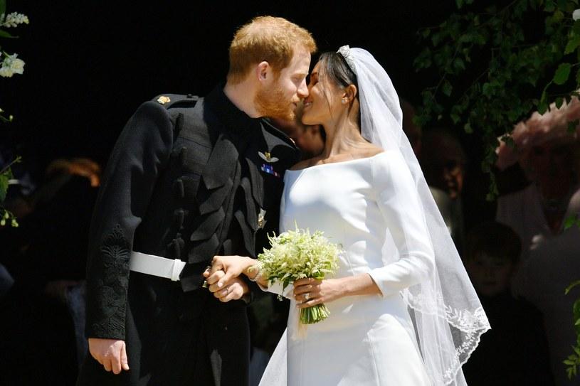 Pierwszy pocałunek świeżo poślubionych małżonków /AFP