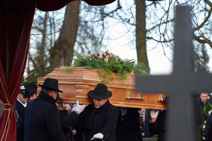 Pierwszy pogrzeb ofiar tragicznego wypadku w Kamieniu Pomorskim /Adam Warżawa /PAP