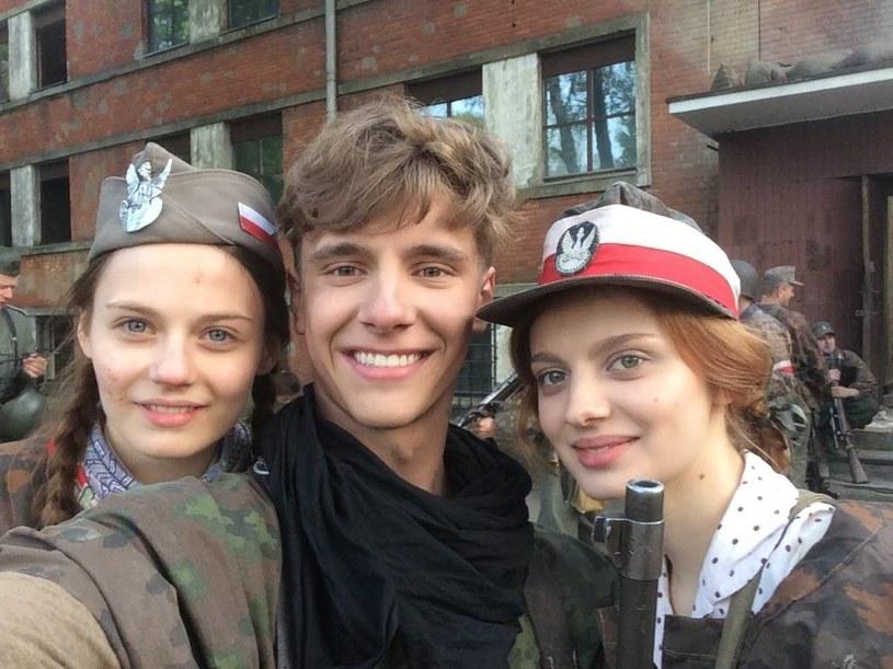 Pierwszy raz w jednym serialu i... jako rodzeństwo: Weronika Humaj (pierwsza z prawej) i Maciej Musiał w towarzystwie serialowej sanitariuszki (w tej roli Katarzyna Sawczuk) /Facebook /internet