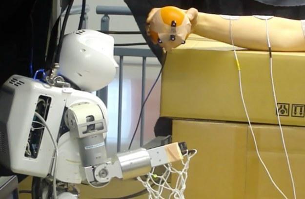 Pierwszy robot, który steruje człowiekiem jest już gotowy. Mamy się bać? /materiały prasowe