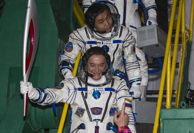 Pierwszy spacer z ogniem olimpijskim w przestrzeni kosmicznej planowany jest na sobotę /SHAMIL ZHUMATOV/POOL /PAP