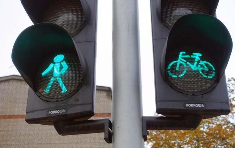 Pieszych i rowerzystów obowiązuje wiele przepisów /Wojtek Laski /East News