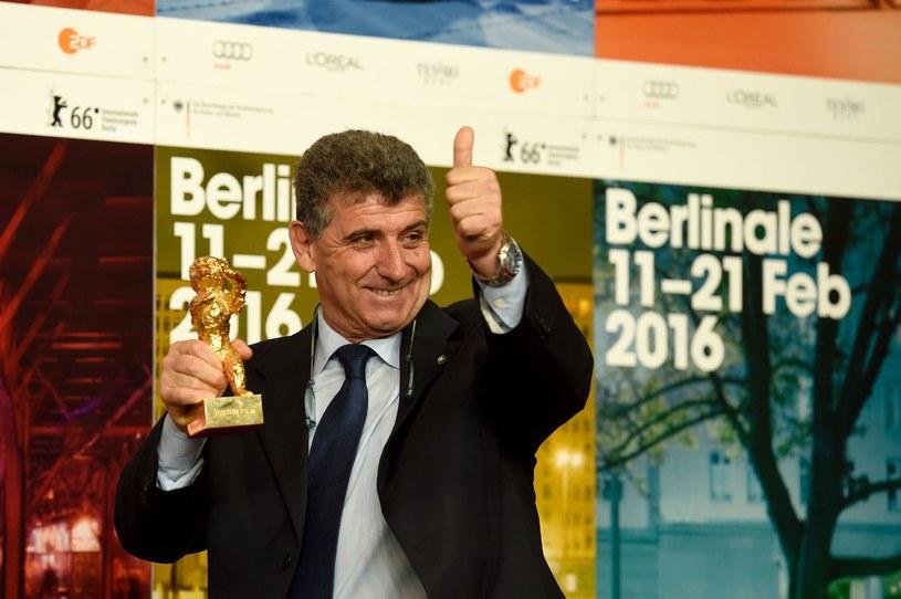 """Pietro Bartolo, po tym jak film dokumentalny """"Fuocoammare"""", w którym zagrał samego siebie, zdobył nagrodę Złotego Niedźwiedzia na festiwalu w Berlinie /AFP"""