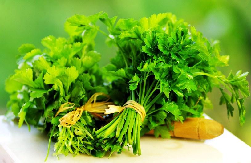 Pietruszka jest nie tylko bogactwem witaminy C. Działa też korzystnie na pamięć /©123RF/PICSEL