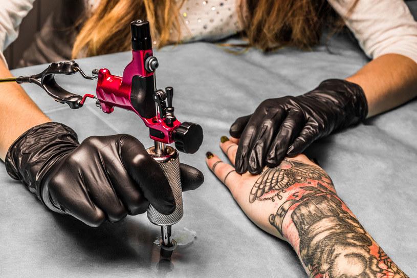 Pigmenty tatuaży mogą być niebezpieczne /123RF/PICSEL