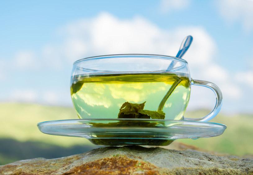 Pij codziennnie zieloną herbatę /123RF/PICSEL