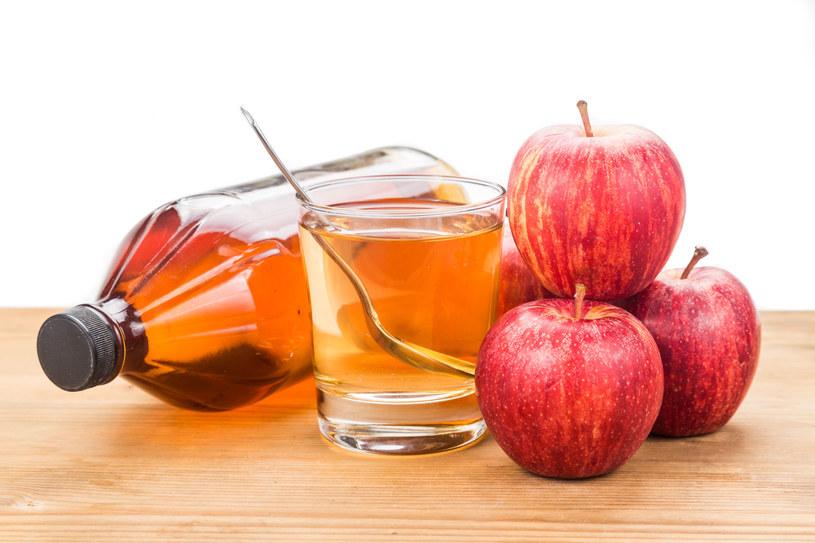 Pij wodę z octem jabłkowym /123RF/PICSEL