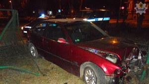 Pijany kierowca bmw uciekał przed policją. Wpadł w szkolne ogrodzenie