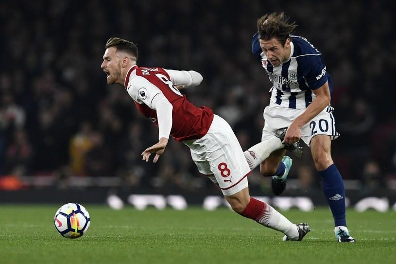 Piłkarz Arsenalu - Aaron Ramsey faulowany przez Grzegorza Krychowiaka /PAP/EPA