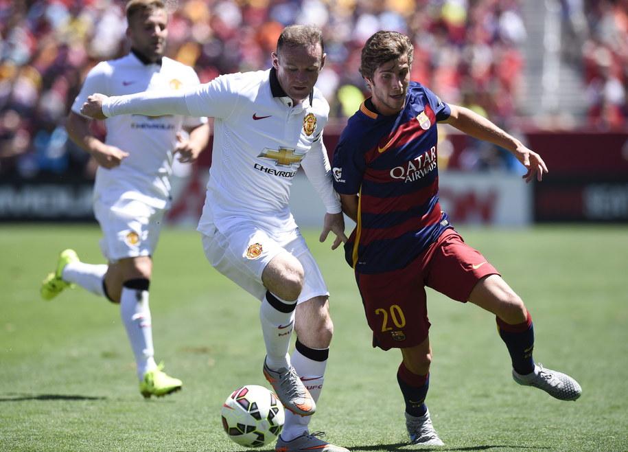 Piłkarz Manchesteru United Wayne Rooney i Sergi Roberto z Barcelony /JOHN G. MABANGLO /PAP/EPA