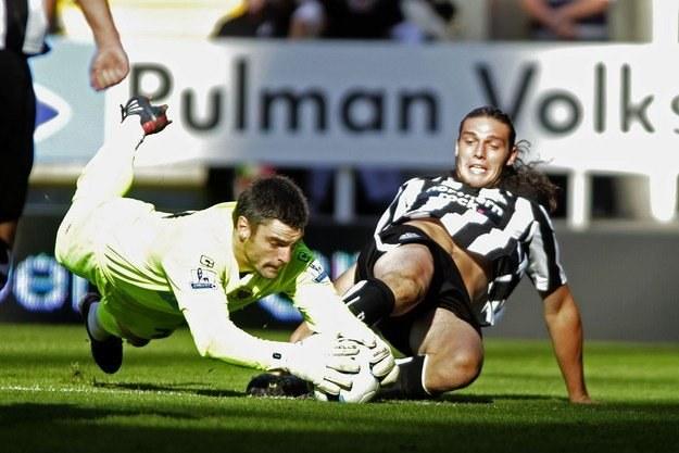 Piłkarz Newcastle United Andy Carroll (z prawej) /AFP