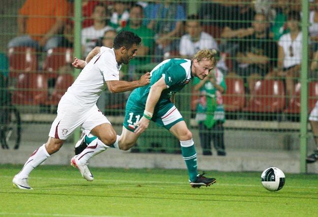 Piłkarz Śląska Wrocław Sebastian Mila w starciu z Rui Duarte z Rapidu fot: Adam Hawałej /PAP