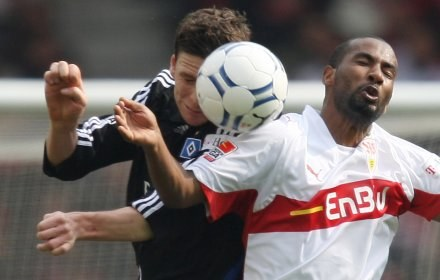 Piłkarz VfB Stuttgart Cacau (z prawej) walczy o piłkę z Bastianem Reinhardtem /AFP