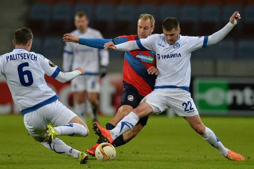 Piłkarz Viktorii Pilzno Daniel Kolar (w środku) /AFP