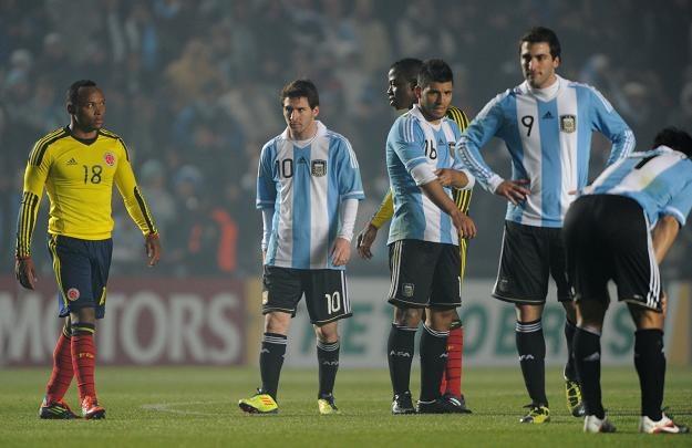 Piłkarze Argentyny (biało-błękitne stroje) nie mają powodów do radości /AFP