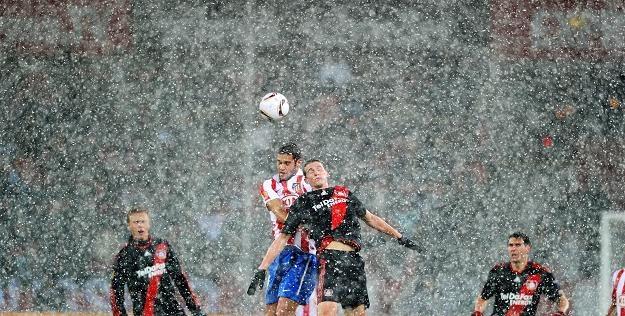 Piłkarze Atletico (biało-czerwone pasy) nie wygrają LE /AFP
