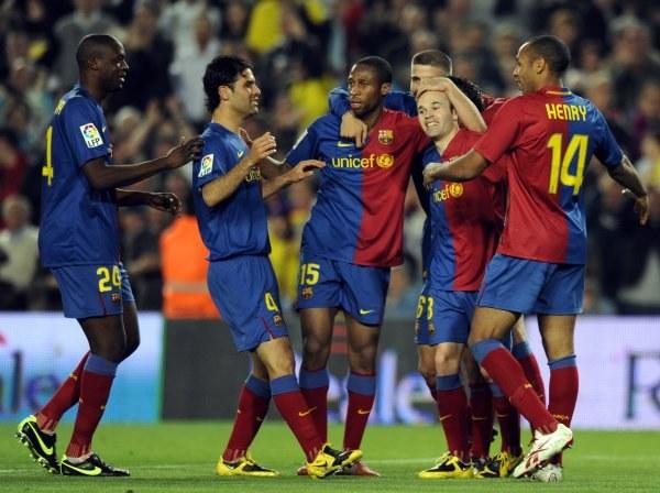 Piłkarze Barcelony cieszą się z gola Iniesty. /AFP