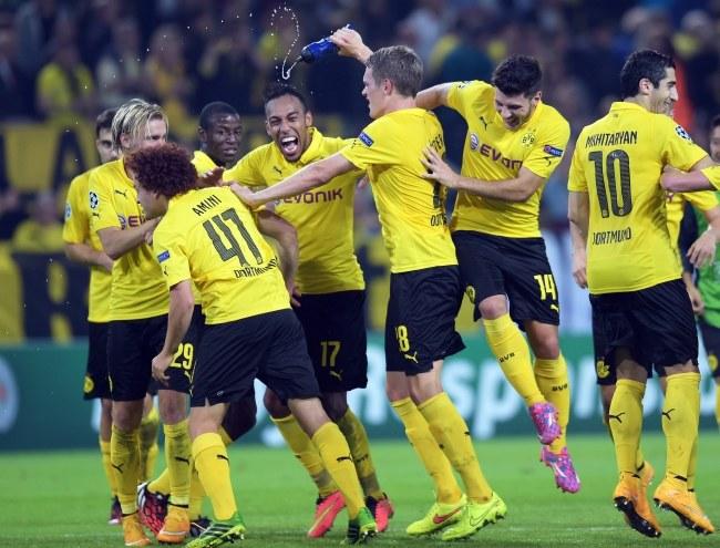 Piłkarze Borussii cieszą się po zwycięstwie nad Arsenalem /PAP/EPA/FEDERICO GAMBARINI  /PAP/EPA
