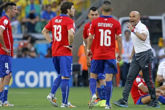 Piłkarze Chile z trenerem /PAP/EPA/Felipe Trueba /PAP/EPA