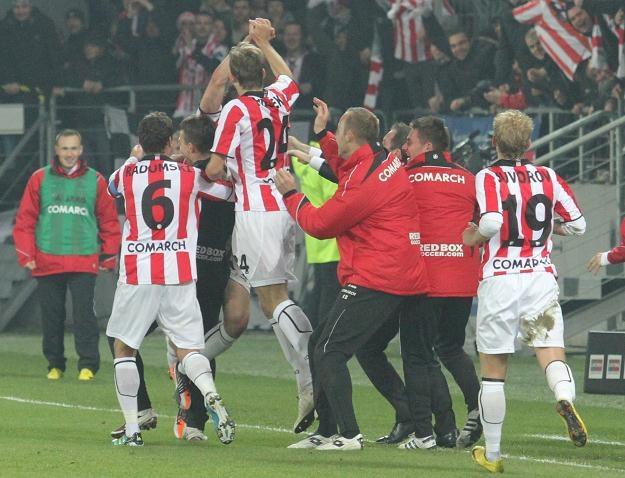 Piłkarze Cracovii cieszą się po zdobyciu gola w 184. Derbach Krakowa fot: Jacek Bednarczyk /PAP