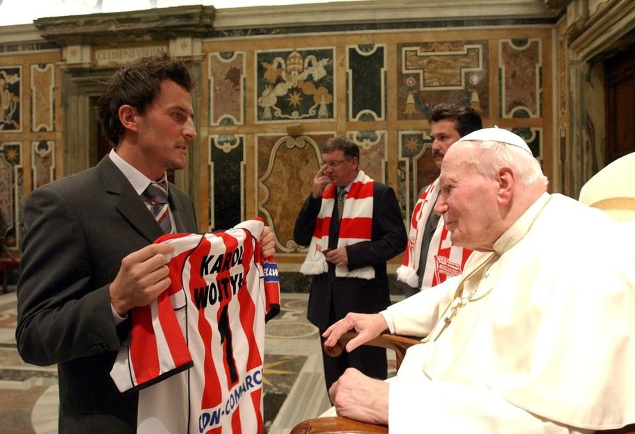 Piłkarze Cracovii na prywatnej audiencji u Jana Pawła II w styczniu 2005 roku /&nbsp /PAP/EPA