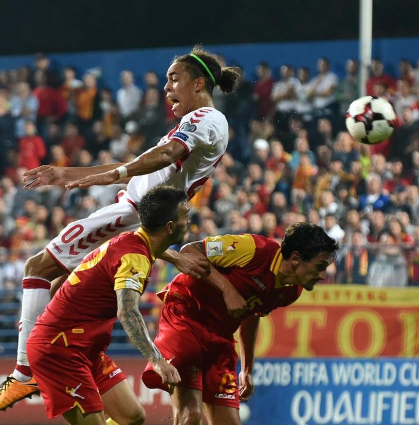 Piłkarze Czarnogóry (w czerwonych koszulkach) w meczu z Danią (0-1) /BORIS PEJOVIC /PAP/EPA