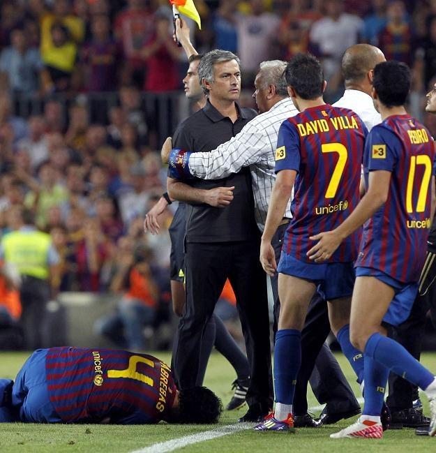 PIłkarze FC Barcelona i Jose Mourinho podczas przepychanek w końcówce meczu na Camp Nou /PAP/EPA
