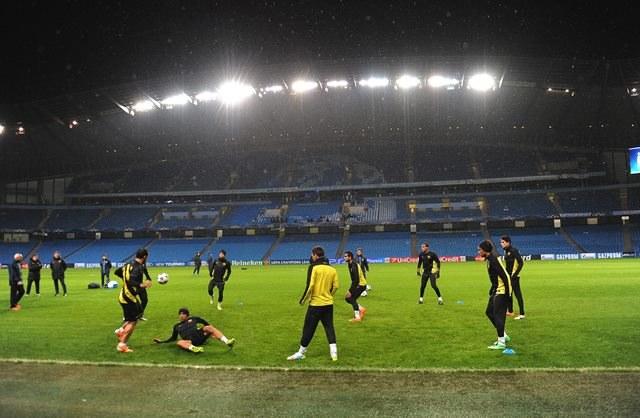 Piłkarze FC Barcelony na treningu przed wieczornym meczem /PETER POWELL   /PAP/EPA