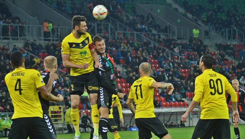 Piłkarze GKS-u Katowice (w żółtych koszulkach) /Daniel Bodzenta /East News