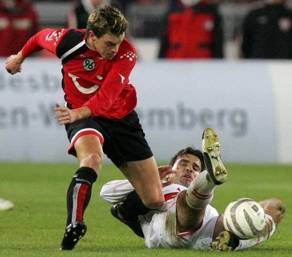 Piłkarze Hannoveru 96 (czerwone koszulki) zdobyli cenny punkt /AFP