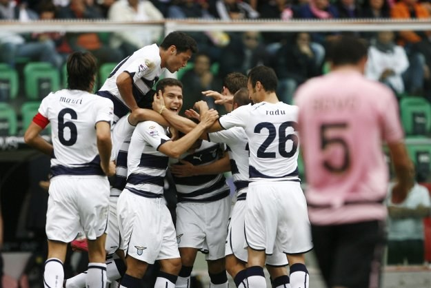 Piłkarze Lazio cieszą się po golu Andre Diasa podczas meczu z Palermo /AFP