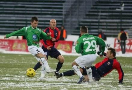 Piłkarze Lechii i Piasta musieli walczyć w zimowych warunkach / fot. Sławomir Ptasznik /Agencja Przegląd Sportowy