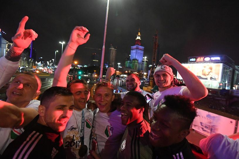 Piłkarze Legii Warszawa świętowali zdobycie mistrzostwa z kibicami na Placu Zamkowym /Bartłomiej Zborowski /PAP