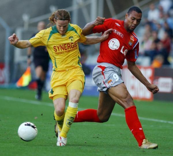 Piłkarze Lyonu (czerwone koszulki) wygrali z Nantes /AFP