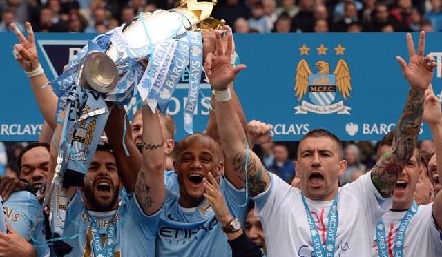 Piłkarze Manchesteru ciesza się ze zwycięstwa /ANDY RAIN /PAP/EPA
