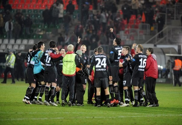 Piłkarze Oresta Lenczyka wygrali derby i zatrzęśli Wisłą. Fot. Joanna Żmijewska. /INTERIA.PL