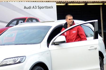 Piłkarze Realu i Barcelony w takich samych autach