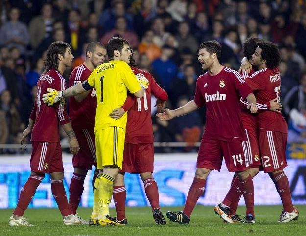Piłkarze Realu Madryt fetują zwycięstwo w Walencji. /AFP