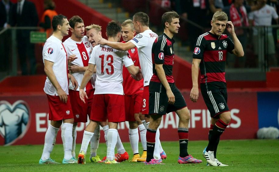 Piłkarze reprezentacji Polski cieszą się ze zwycięstwa nad Niemcami w meczu eliminacji Euro 2016 /Bartłomiej Zborowski /PAP