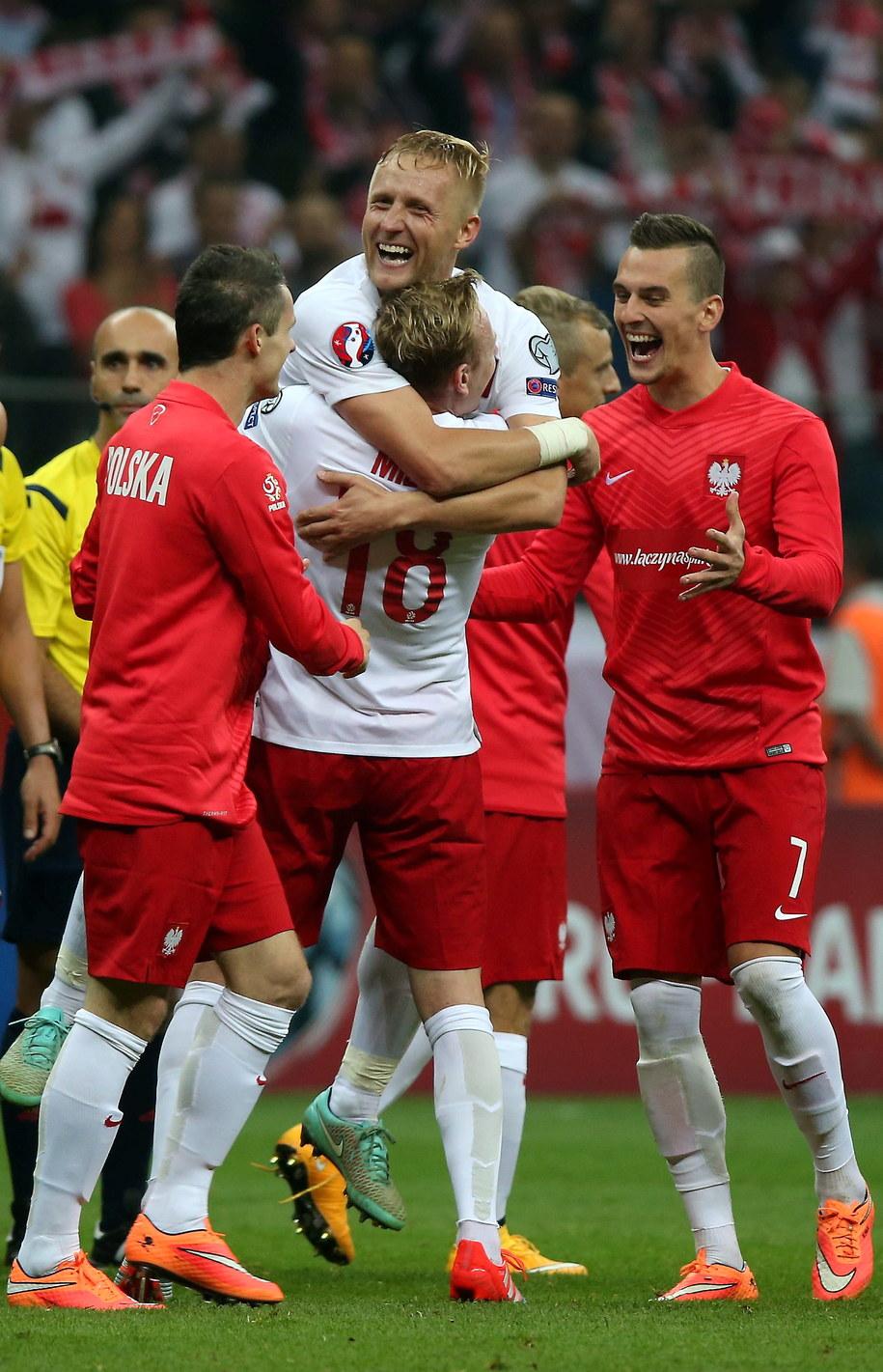 Piłkarze reprezentacji Polski (od prawej) Arkadiusz Milik, Kamil Glik i Sebastian Mila cieszą się ze zwycięstwa nad Niemcami w meczu eliminacji Euro 2016 /Bartłomiej Zborowski /PAP