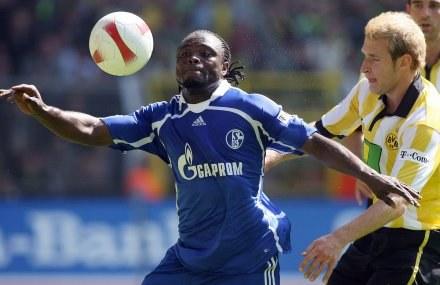 Piłkarze Schalke grają z reklamą Gazpromu na piersiach /AFP