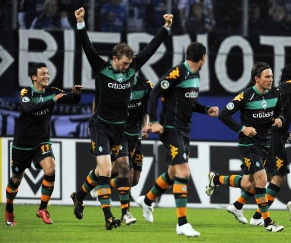 Piłkarze Werderu cieszą się z awansu. /AFP